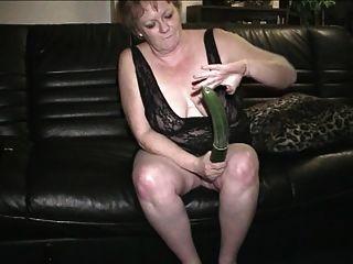 67 Jahre alte Oma Gerri spielt mit ihrer Pussy