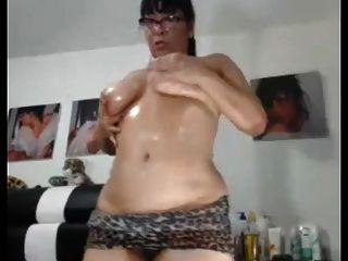 sexy asiatische Oma liebt es, ihren molligen Arsch und Pussy zu zeigen