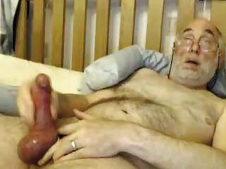 Bi-Opa spielt mit seinem großen Schwanz