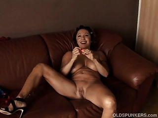 wunderschöne Oma mit schönen großen Titten fickt ihre saftige Pussy für
