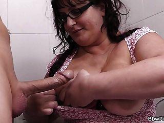 heiße fetthaltig aufgegriffen und in der Toilette gefickt