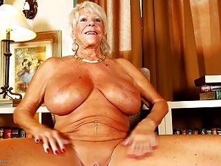 alte Oma mit riesigen Titten und gebräunten Körper