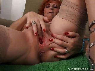 sexy alten Spunker ist ein Squirter, wenn sie masturbiert
