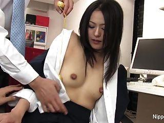 heiße junge Sekretärin bekommt ihre Pussy mit gespielt