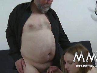 Junge natürliche Teenie nimmt Santa Claus
