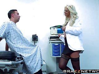 erstaunliche blonde Brooke-Marke, die von ihrem Patienten erfreut wird