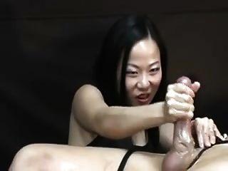 asiatische Frau quält ihn nach dem Orgasmus Handjob
