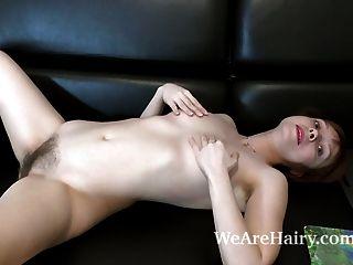 trixie strippt und masturbiert auf ihrem schwarzen Sofa