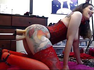 tätowiertes Mädchen spielt mit ihren zwei Löchern vor der Webcam
