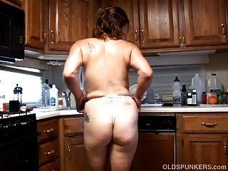 trashy alten Spunker in sexy Dessous fickt ihre saftige Muschi