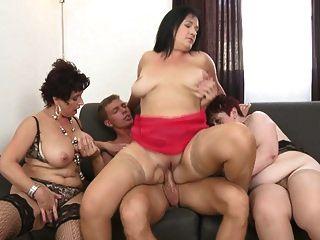 Oma und vollbusige Mütter teilen sich den jungen Sohn