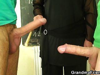 alter Oma-Lehrer und jugendliche Jungen