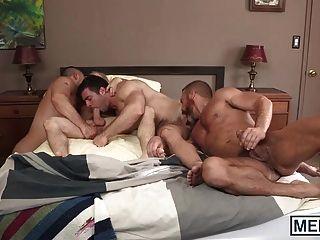hübsche alte und junge Männer haben eine Orgie