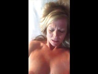 Große Titten MILF Hinterhof Masturbation