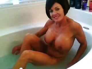 unglaubliche MILF nimmt ein Bad