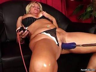 Oma genießt anal fucking Maschine