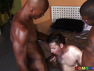 junge weiße Twink bekommen von schwarzen Kerlen gangbanged