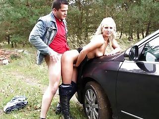 Teen stoppt das Auto und fickt ihren Mann