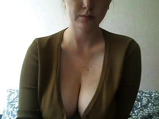 Mädchen mit tätowierten Titten spielt herum an der Webcam