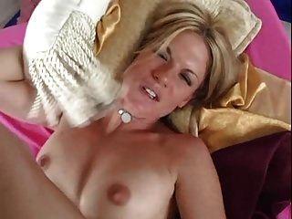 Blondine mit sehr schönen Pussy Lippen creampied!