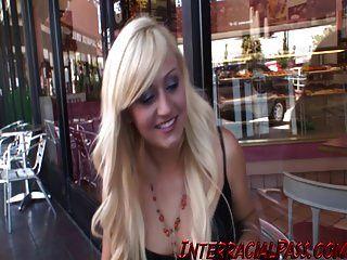 Teen Chloe nimmt zwei große schwarze Schwänze auf einmal!