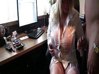 kurvige Frau liebt Pisse auf ihre riesigen Titten