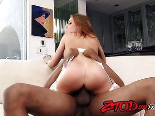 Britney Amber reitet einen großen schwarzen Schwanz bis zum Orgasmus