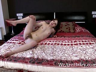 Amelia zieht sich im Schlafzimmer aus und legt sich nackt