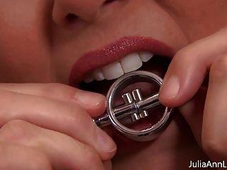versaute milf julia ann spielt mit nippelklemmen!