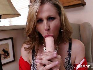 heiße milf julia ann masturbiert mit großem dildo!