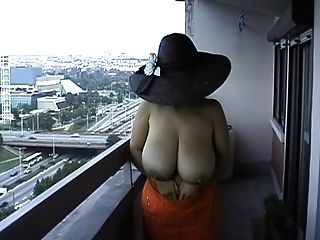 vollbusige Frau strippt nackt nackt in der Öffentlichkeit