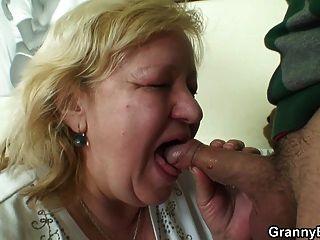 große titted 70 yo Oma schmeckt sein Fleisch