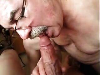 alte Männer spielen mit einem Hahn