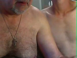 Opa und junge spielen vor der Kamera