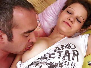 teenyplayground große Titten Babysitter hart im Bett gefickt