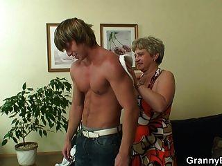 einsame alte Oma schluckt und reitet seinen Schwanz