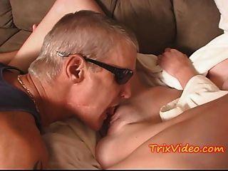 schmutziger alter Mann benutzt jugendlich Babysitter