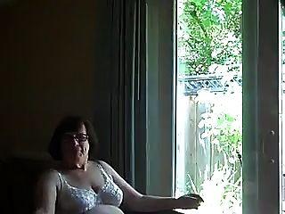 fickende Oma comsluts Mund vor einem Fenster