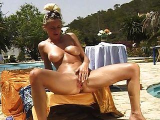sexy busty kinky Legende pissen \u0026 masturbieren im Freien