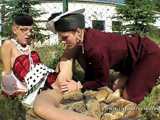 voll bekleidete Lesben im Freien Sex