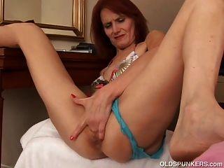 dünner alter Spunker fickt ihre saftige Pussy für dich