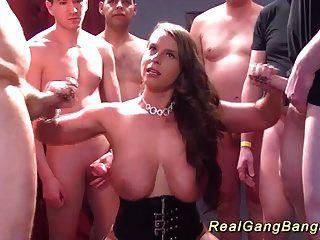 Gangbang mit großen natürlichen Brust Babe