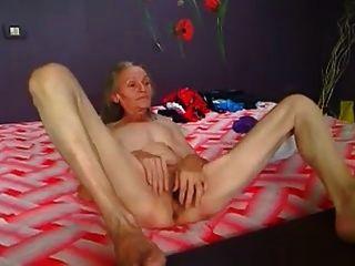 dünne haarige Oma spielt vor der Kamera