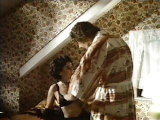 exzentrische Dame verführt einen Typen mit Schnurrbärten