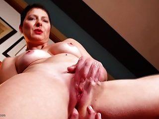 reife Mutter beim Beobachten Porno bating