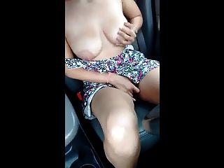 MILF mit großen Titten macht Ruhe auf der Autobahn
