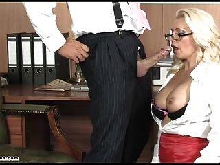 sexy Büro Schlampe Muschi tief gefickt und links tropft in cum