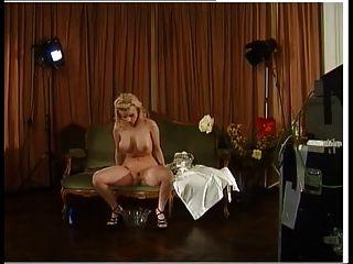 berühmte deutsche Pornostar sexy hinter den Kulissen pissen
