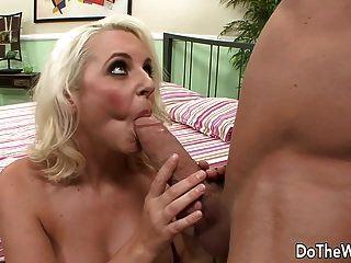 blonde MILF nimmt großen Schwanz vor Ehemann