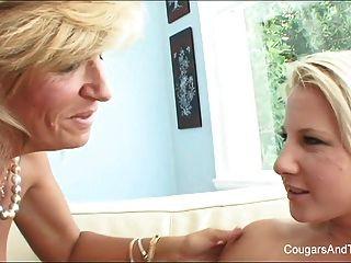 heiße MILF leckt ihre blonde Stieftochter Pussy